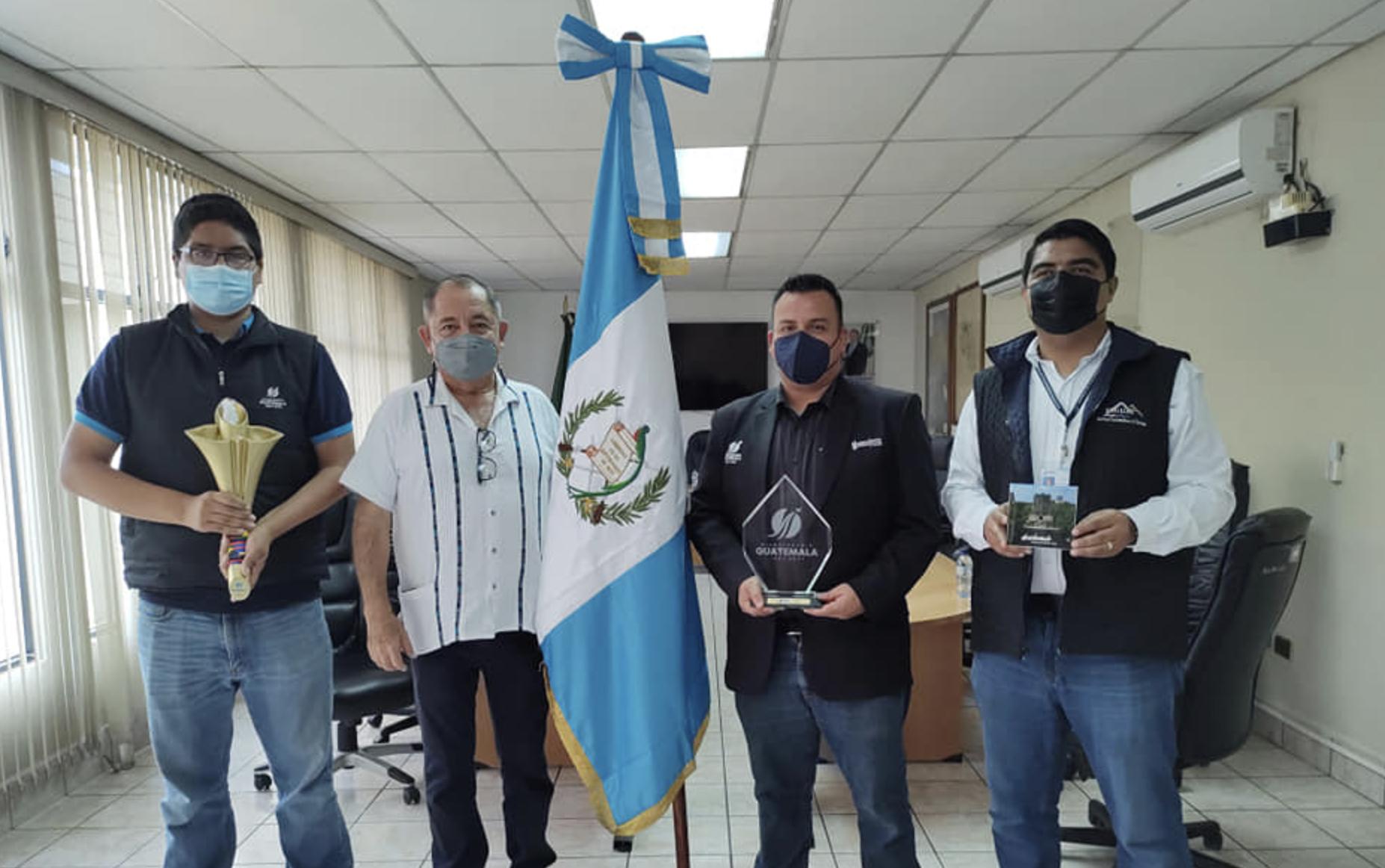INGUAT y MCD hacen entrega de pabellón conmemorativo al Bicentenario